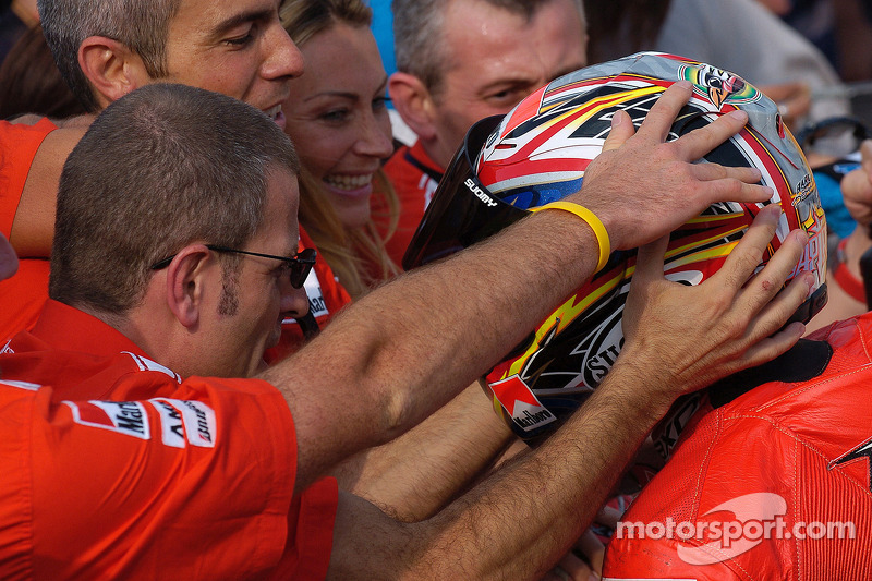 Ganador de la carrera Loris Capirossi celebra