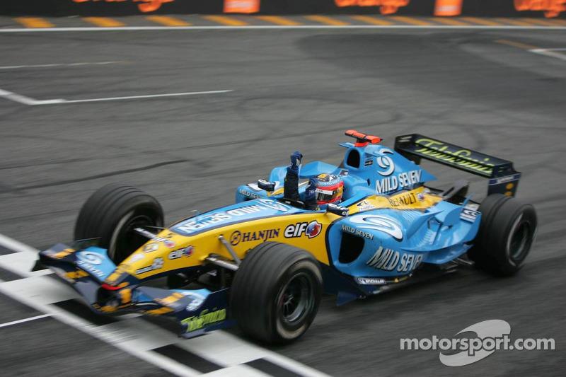 Fernando Alonso cruza la línea de meta y se convierte en el campeón del mundo 2005