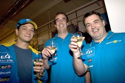 Команда Renault F1 team празднует победу в чемпионате