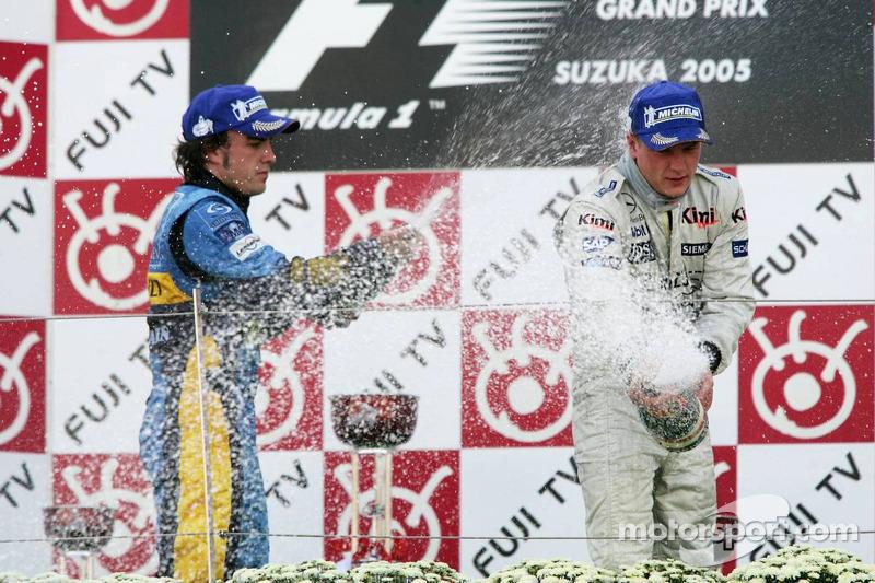 Podio: ganador de la carrera Kimi Raikkonen y tercer lugar Fernando Alonso
