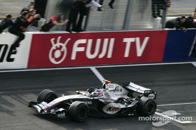 Кими Райкконен выиграл Гран При Японии-2005 при старте с 17-й позиции. Финн обогнал Джанкарло Физикеллу в борьбе за лидерство на самом последнем круге