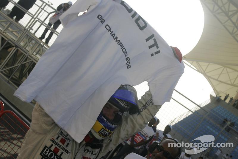 Ganador de la carrera Nico Rosberg celebra con su equipo