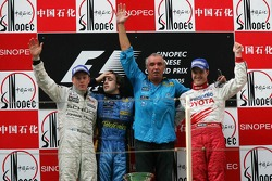 Podium: race winner Fernando Alonso with Kimi Raikkonen and Flavio Briatore and Ralf Schumacher