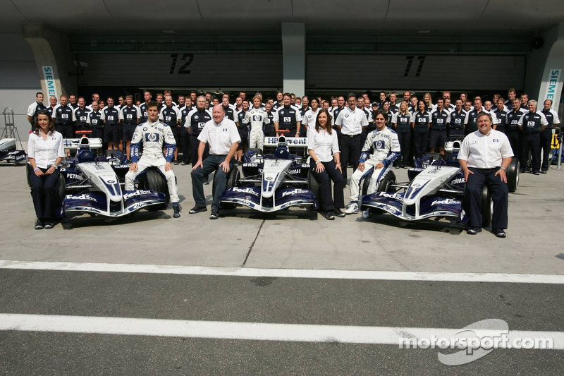 Williams-BMW photoshoot: Mark Webber and Antonio Pizzonia pose with Williams team members