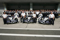 Sesión de fotos de Williams-BMW: Mark Webber y Antonio Pizzonia posan con los miembros del equipo Williams