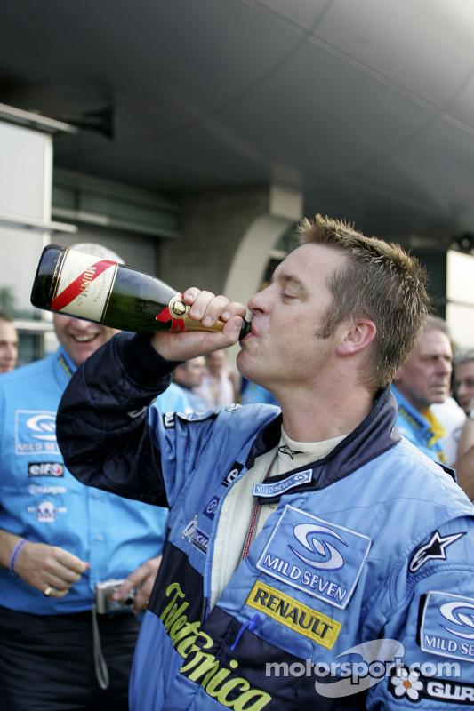 Miembros del equipo Renault F1 celebran el Campeonato del mundo