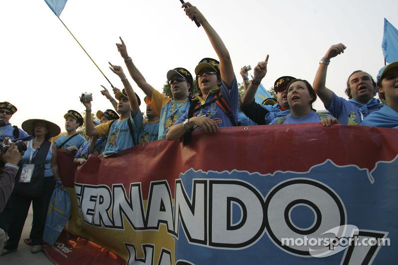 Renault F1 fans celebran