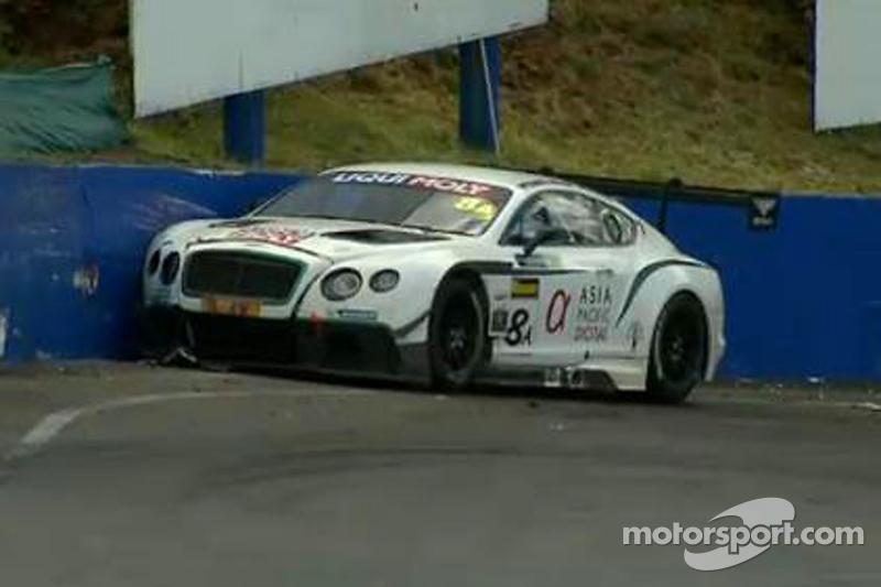 #8 Flying B Motorsport, Bentley Continental GT3: David Brabham bei einem Unfall