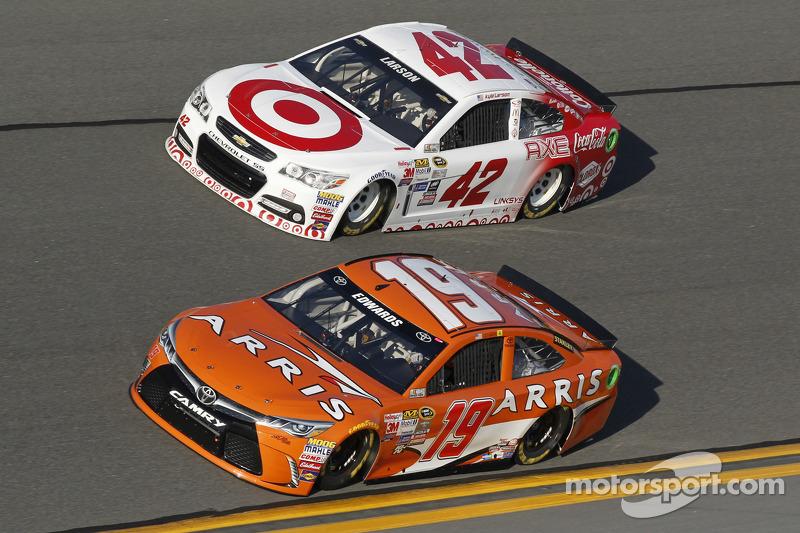 Carl Edwards, Joe Gibbs Racing, Toyota, und Kyle Larson, Ganassi Racing, Chevrolet