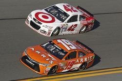 Carl Edwards, Joe Gibbs Racing Toyota y Kyle Larson, Ganassi Racing Chevrolet