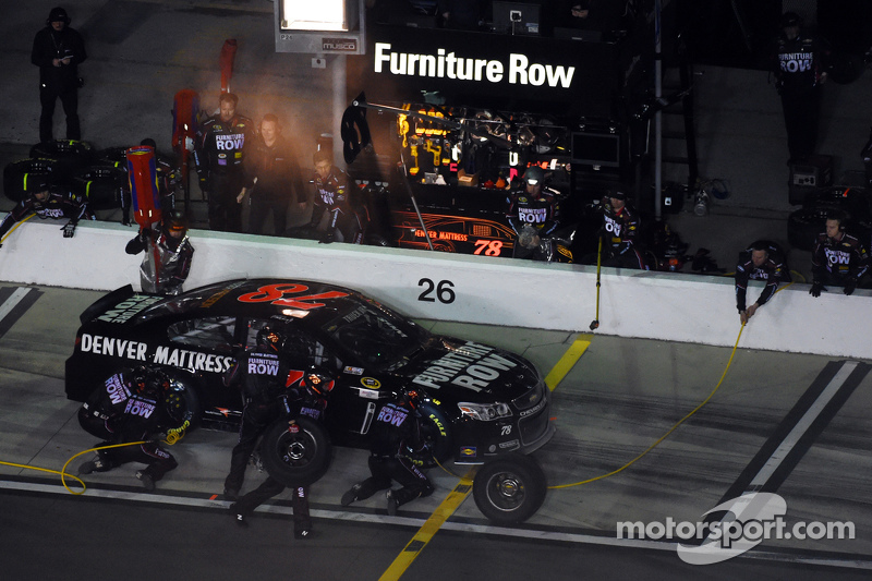 Мартін Труекс мол., Furniture Row Racing Chevrolet лідирує
