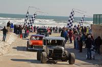 سيارات فينتاج يكملون لفاتهم على الشاطئ تحت أعين الجماهير