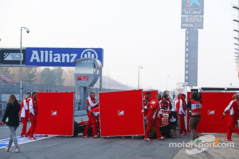 Kimi Räikkönen, Ferrari SF15-T, verdeckt durch Mechaniker und Bildschirme in der Box