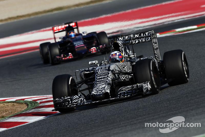 Daniel Ricciardo, Red Bull Racing RB11, vor Carlos Sainz jr., Scuderia Toro Rosso STR10