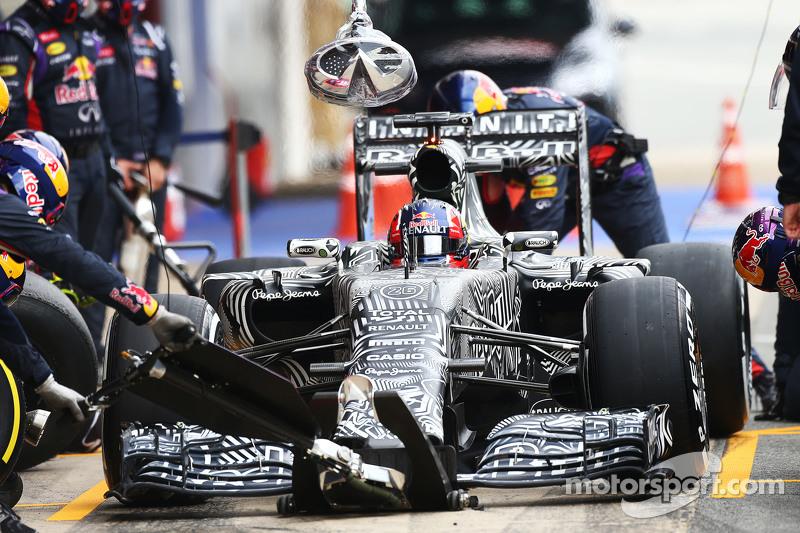 Daniil Kvyat, Red Bull Racing RB11, bei einem Trainingsstopp