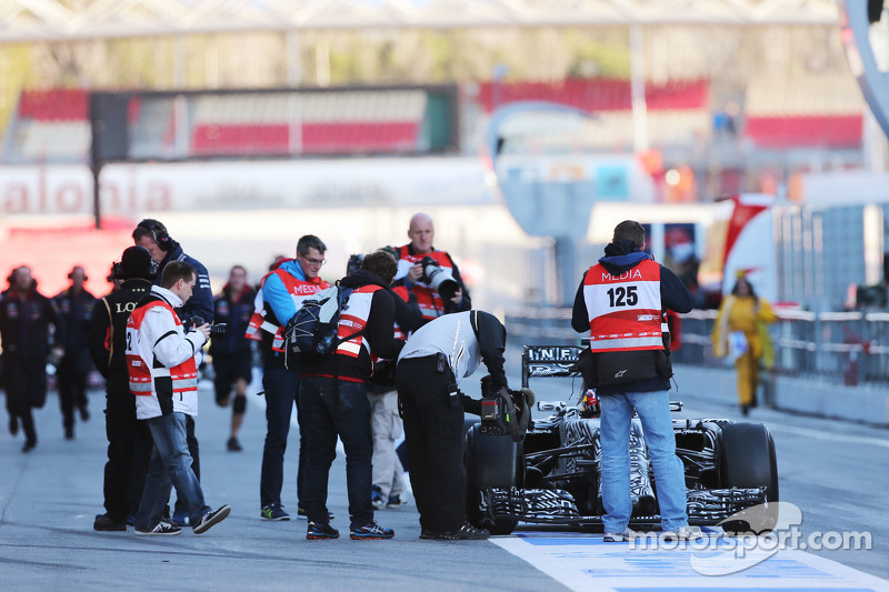 Daniil Kvyat, Red Bull Racing RB11, hält in der Boxengasse an