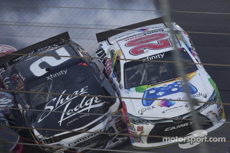Brian Scott, Richard Childress Racing, Chevrolet, und Erik Jones, Joe Gibbs Racing, Toyota, in Schwierigkeiten