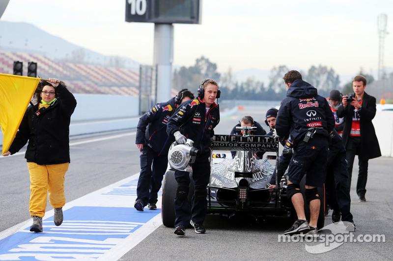 Daniil Kvyat, Red Bull Racing RB11, hält am Ende der Boxengasse an