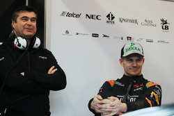 (L to R): Бредлі Джойс Sahara Force India F1 гоночний інженер з Ніко Хюлкенберг
