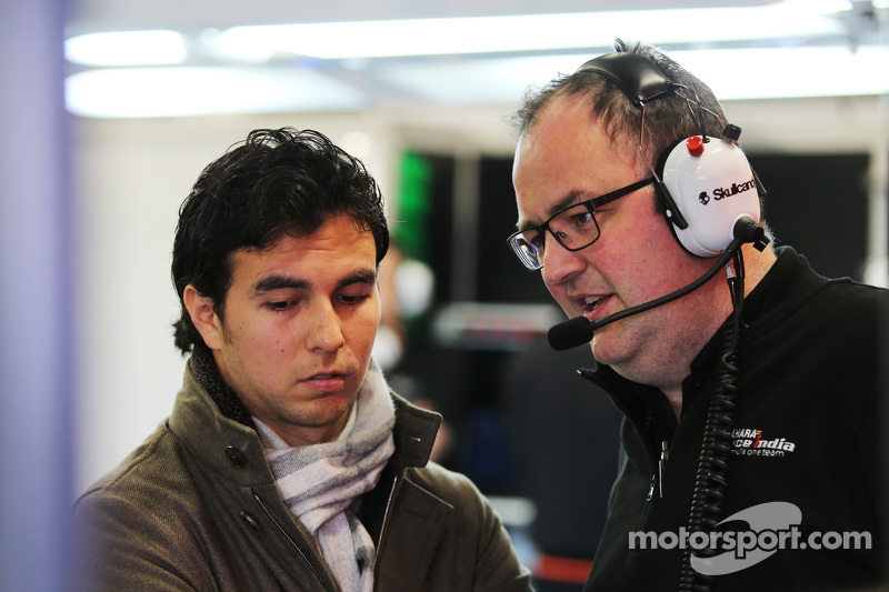 (从左到右)塞尔吉奥·佩雷斯和汤姆·麦克考夫,印度力量F1车队首席工程师