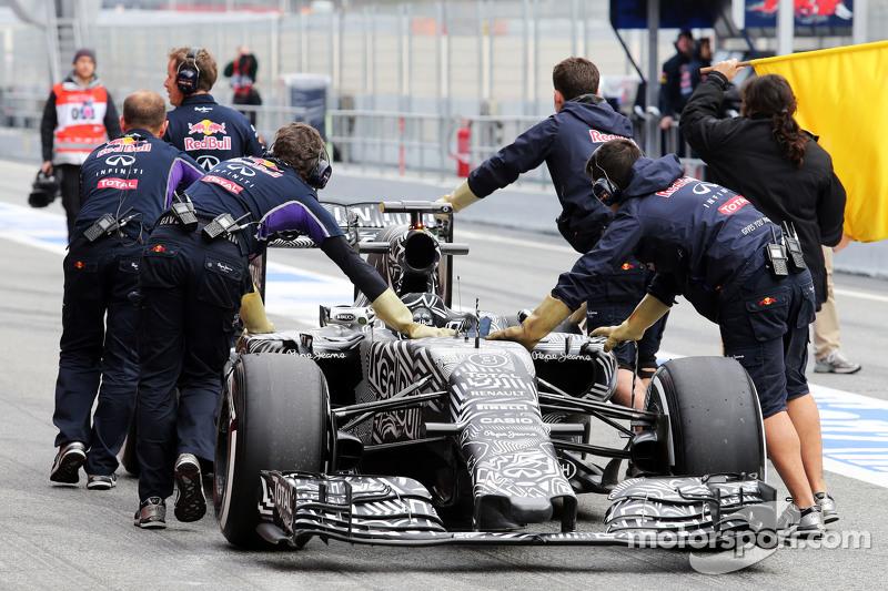 Der Red Bull Racing RB11 von Daniel Ricciardo, Red Bull Racing RB11, wird von den Mechanikern durch
