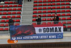 Een banner voor Max Verstappen, Scuderia Toro Rosso-fans