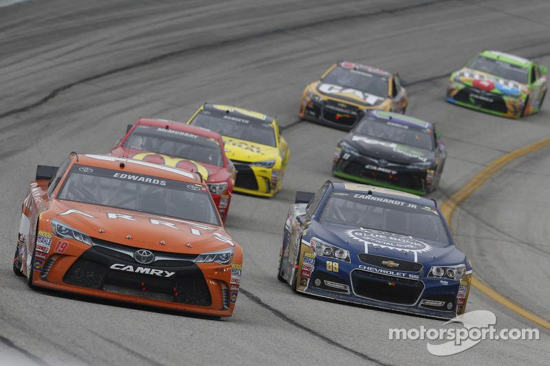 Карл Едвардс, Joe Gibbs Racing Toyota, Дейл Ернхардт мол., Hendrick Motorsports Chevrolet