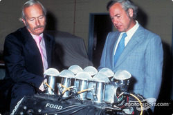Colin Chapman ve Keith Duckworth ve 200th Ford Cosworth DFT motor