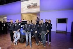 Volkswagen Motorsport: Jutta Kleinschmidt, Fabrizia Pons, Mark Miller, Dirk von Zitzewitz, Bruno Saby, Michel Périn, Carlos Sainz, Andreas Schulz, Giniel De Villiers, Tina Thorner et les membres de l'équipe Volkswagen Motorsport à Essen