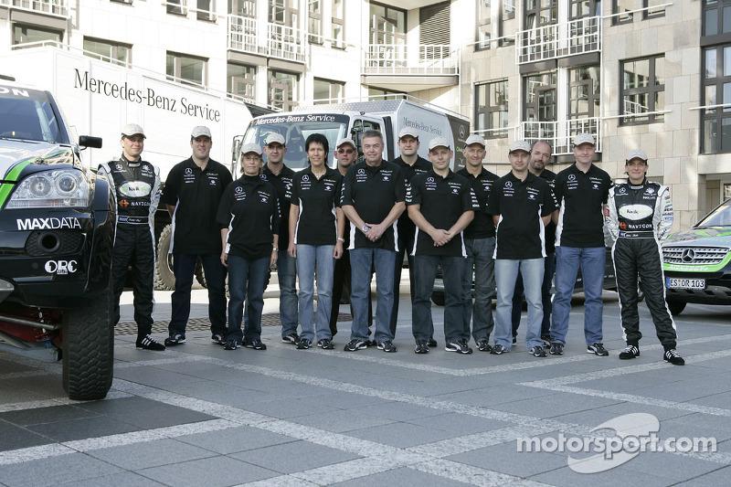 Equipe Kwikpower Mercedes-Benz : Ellen Lohr et Detlef Ruf avec l'équipe de pilotes et co-pilotes Udo Kuhn, Markus Reiter et Michael Zerwer, et les membres de l'équipe Kwikpower Mercedes-Benz