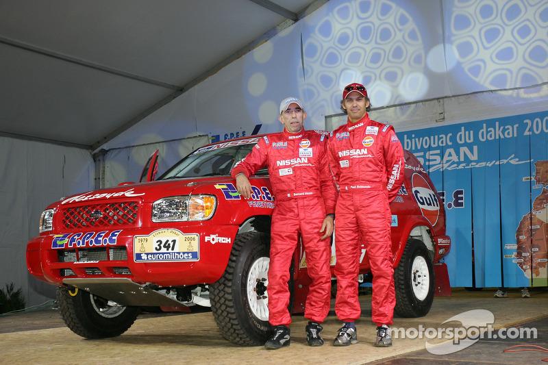 Présentation publique de l'équipe Nissan à Dessoude: Paul Belmondo et Bernard Irissou on stage
