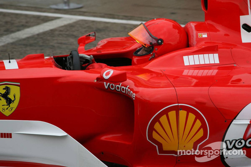 Valentino Rossi conduce el Ferrari F2004 con motor V10 en Valencia en 2006