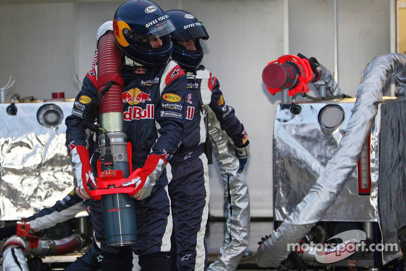 Mecánicos de Red Bull Racing, listos para la recarga de combustible