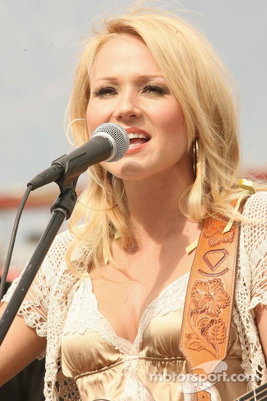 Performance en direct de la chanteuse Jewel