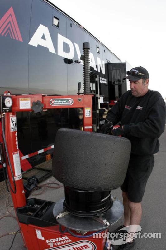 Un technicien Yokohama prépare les pneus