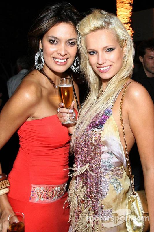 De jolies jeunes femmes à la fête