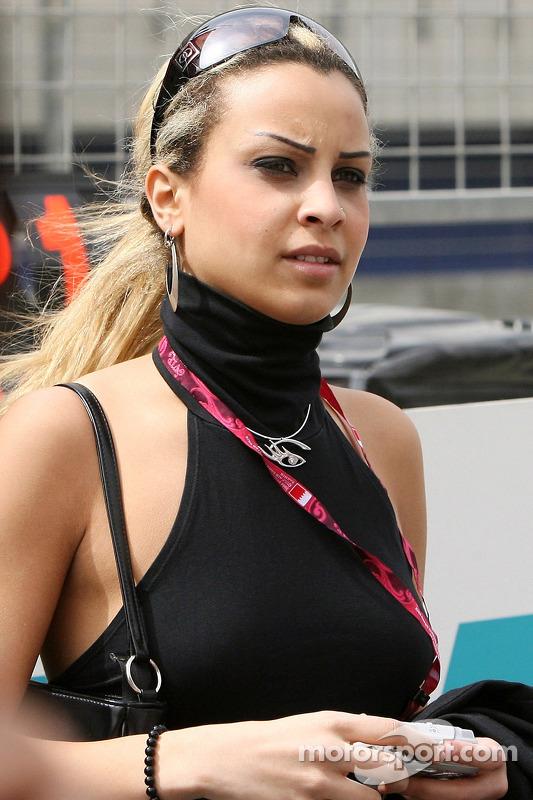 Des jeunes femmes de Formule 1 dans le paddock
