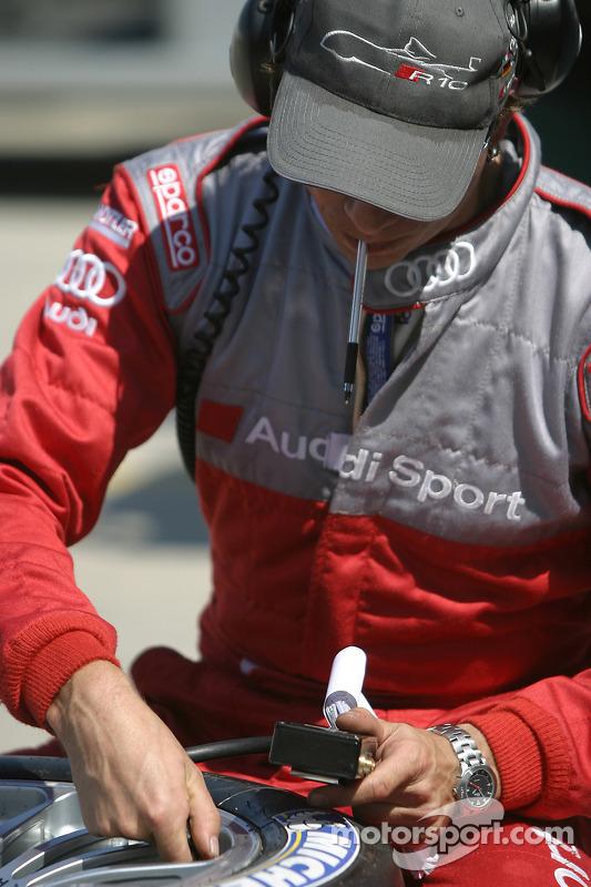 L'équipe Audi prépare les pneus pour la course