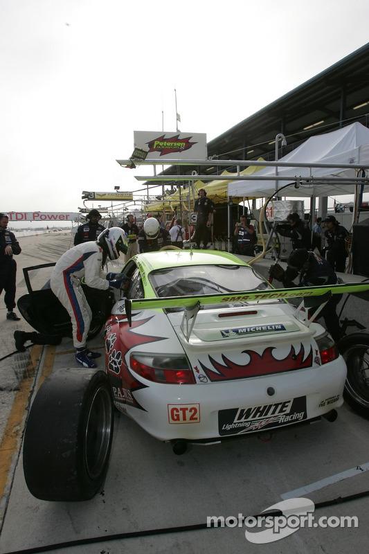 Entraînement d'arrêt au stand pour #31 Petersen/White Lightning Porsche 911 GT3 RSR: Jorg Bergmeister, Tim Bergmeister, Nic Jonsson
