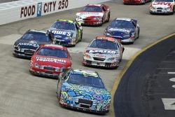 Carl Edwards emmènent un groupe de voitures