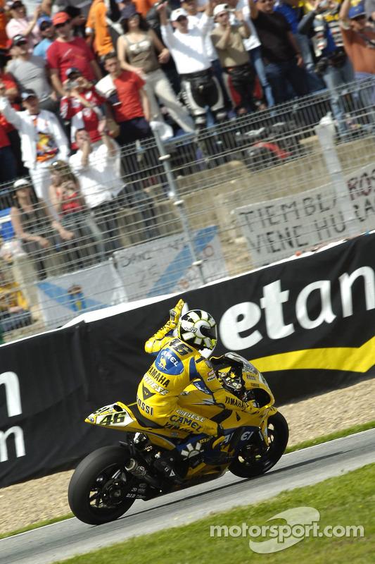 Valentino Rossi salue les fans