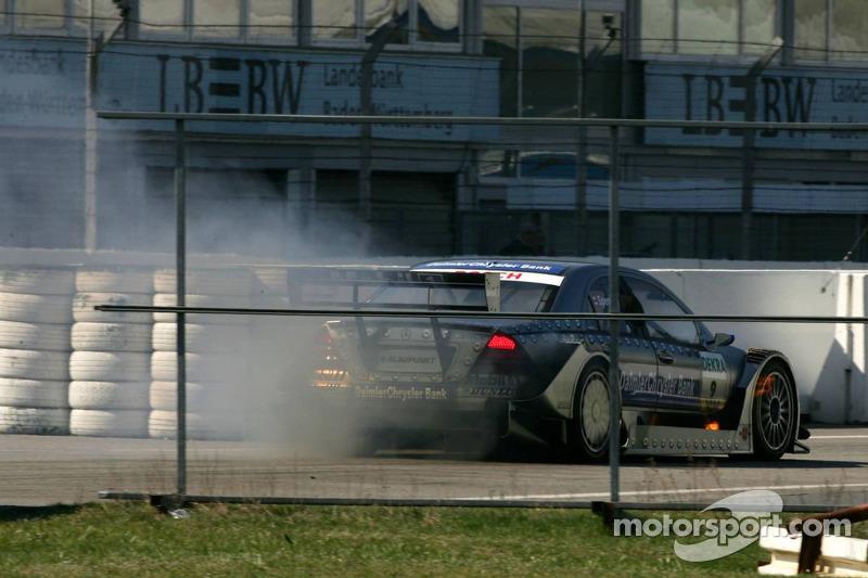 Bruno Spengler dans la voie des stands avec un moteur en feu après un problème sur la piste