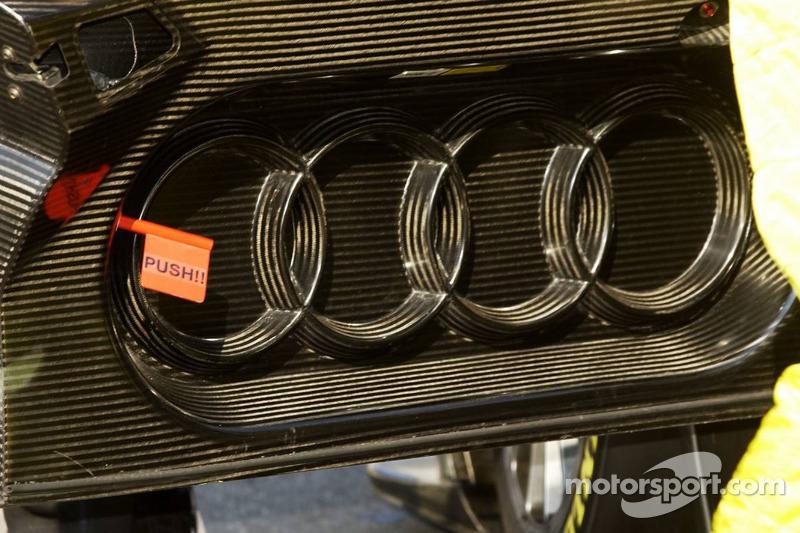 A l'intérieur de la porte de la voiture Audi