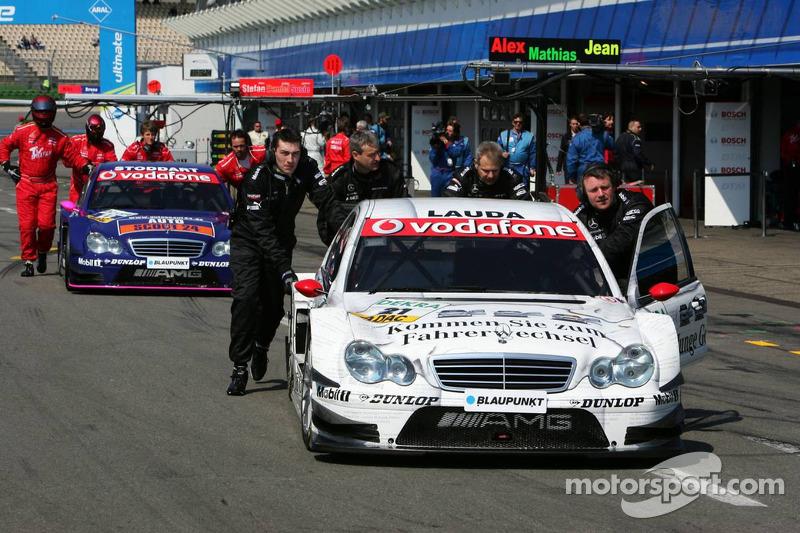 Mécaniciens poussent la voiture de Mathias Lauda et Susie Stoddart dans le parc fermé après avoir échoué à se qualifier pour le Top 16 en qualifications