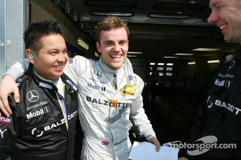 Mécaniciens félicitent Jamie Green pour sa pole position