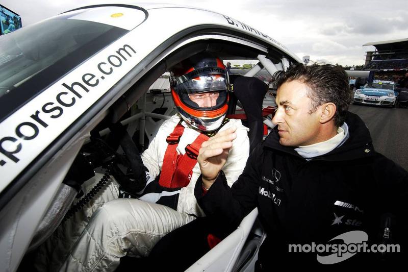 Jean Alesi parle sur la grille de la Porsche Carrera Cup avec le pilote de la voiture de sécurité de la Formule 1 Bernd Mayländer