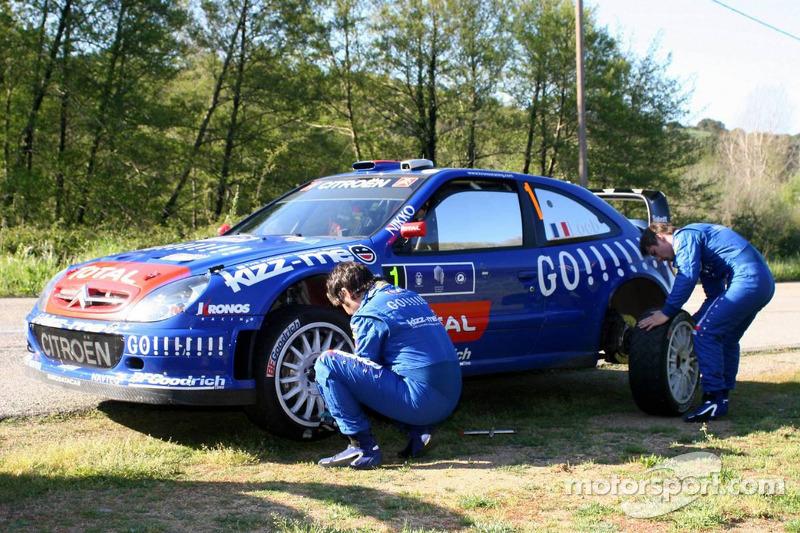 Sébastien Loeb et Daniel Elena travaillent sur un pneu