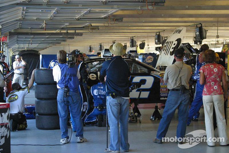 Travail dans le garage sur la voiture de Kurt Busch