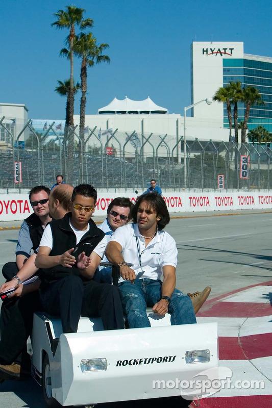 Ingénieur de Rocketsports Racing Brain Ma travaille avec le pilote Antonio Pizzonia
