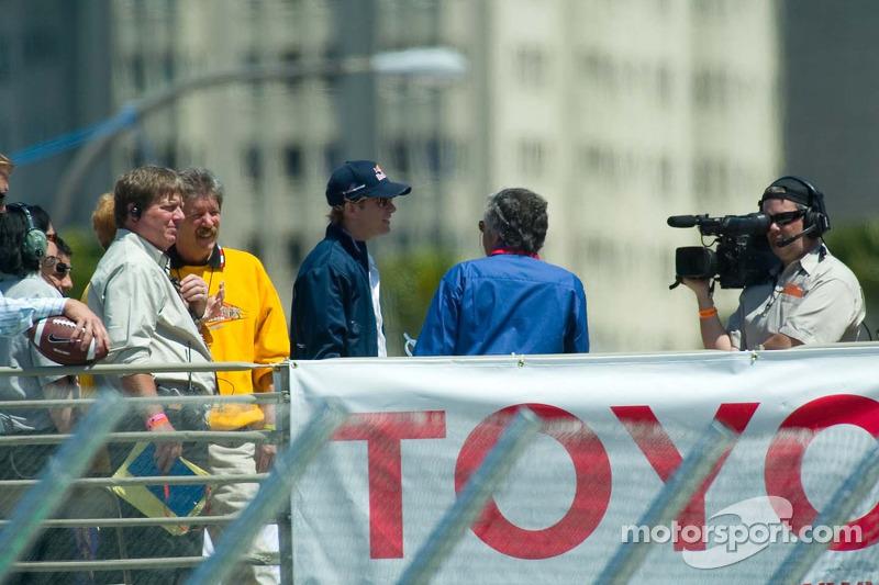 Le pilote F1 Scott Speed dans la foule